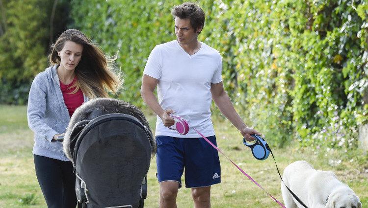 Carlos Baute y Astrid Klisans con su hijo Markuss y sus perros en el parque