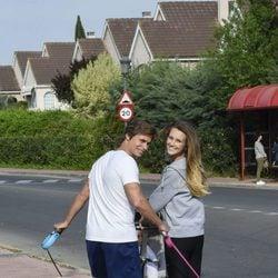 Carlos Baute y Astrid Klisans, muy felices de paseo con su hijo Markuss