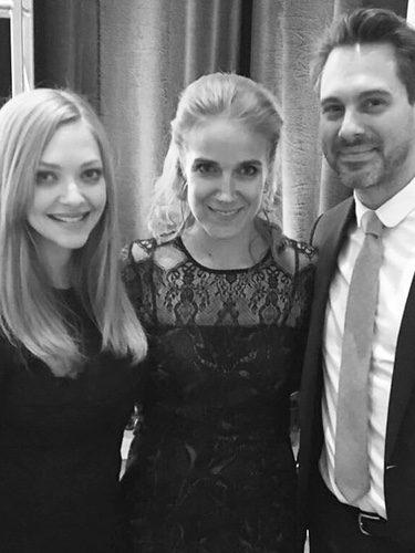Amanda Seyfried y Thomas Sadoski junto a una amiga en los World of Children 2017