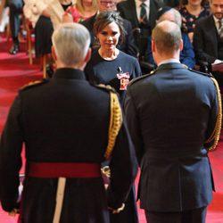 Victoria Beckham en la entrega de la condecoración de la Orden del Imperio Británico