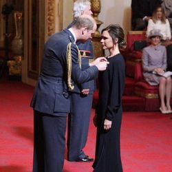 Victoria Beckham recibe la condecoración de la Orden del Imperio Británico