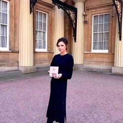 Victoria Beckham posa con su condecoración de la Orden del Imperio Británico