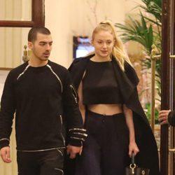 Joe Jonas y Sophie Turner agarrados de la mano por París