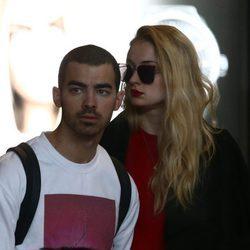 Joe Jonas y Sophie Turner en el aeropuerto de París