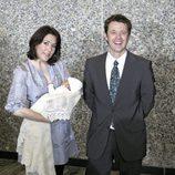 Federico y Mary de Dinamarca con su hija recién nacida Isabel en 2007