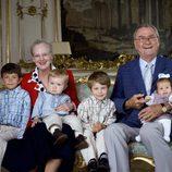 Margarita y Enrique de Dinamarca con sus nietos Félix, Nicolás, Christian e Isabel cuando eran pequeños