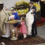 Isabel de Dinamarca mirando la pila bautismal en el bautizo de sus hermanos Vicente y Josefina