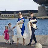 Federico y Mary de Dinamarca con sus cuatro hijos en el bautizo de Vicente y Josefina de Dinamarca