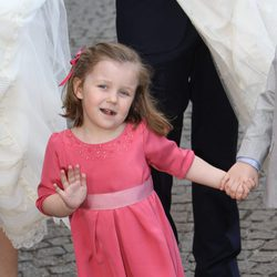 Isabel de Dinamarca saludando muy simpática