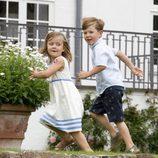 Christian e Isabel de Dinamarca corriendo en los jardines de palacio