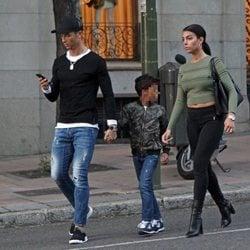 Cristiano Ronaldo con su novia Georgina Rodríguez y su hijo caminando por Madrid