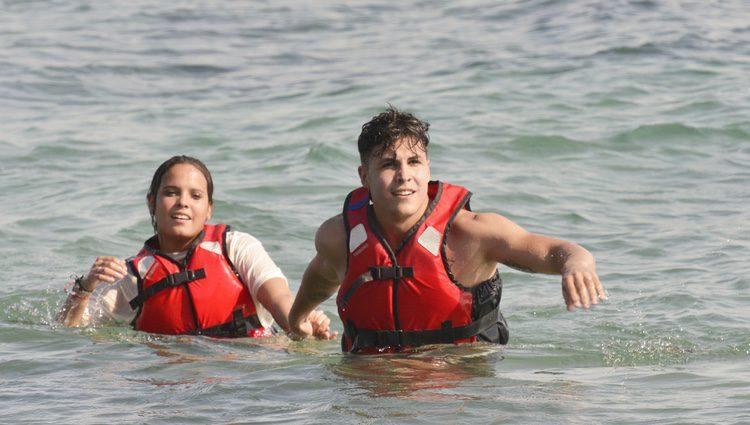 Gloria Camila y Kiko Jiménez llegan a la playa tras saltar del helicóptero de 'Supervivientes 2017'