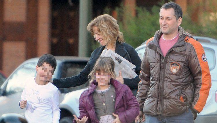 Susanna Griso y su marido Carlos Torras con sus dos hijos