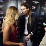 Alyson Eckmann y Miguel hablando en la fiesta de 'GH VIP5' y 'GH17'