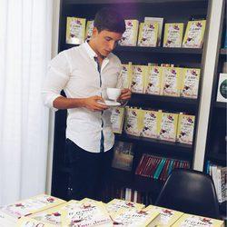 Xuso Jones con una taza de café en una firma de libros