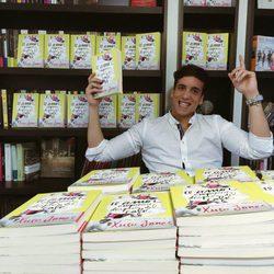 Xuso Jones posa muy sonriente con su primer libro