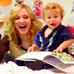 Madonna con un niño en una de las firmas de su libro