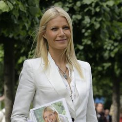 Gwyneth Paltrow con su libro de recetas 'Notes from my kitchen table'