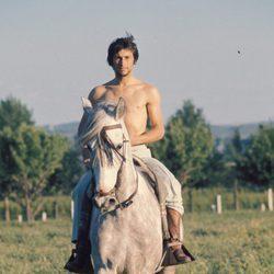 Palomo Linares montando a caballo cuando era joven