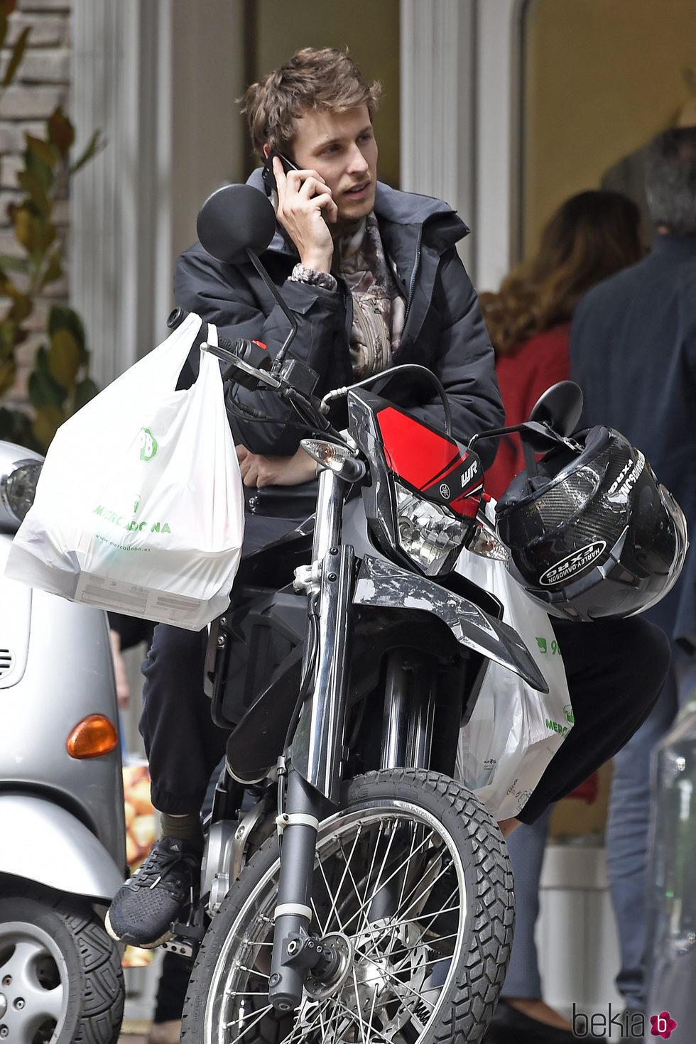 Nicolás Coronado haciendo recados por Madrid en moto