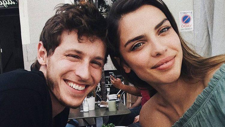 Nicolás Coronado y Ainara Aristegui tomando algo en una terraza