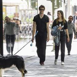 Nicolás Coronado y Ainara Aristegui paseando al perro