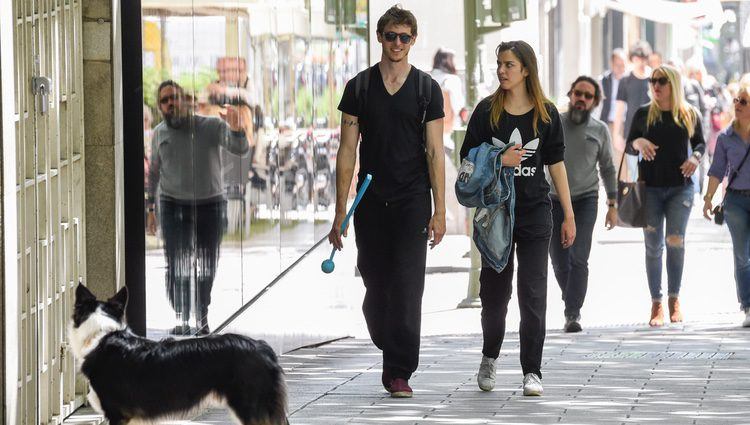 Nicolás Coronado y Ainara Aristegui dando un paseo de enamorados