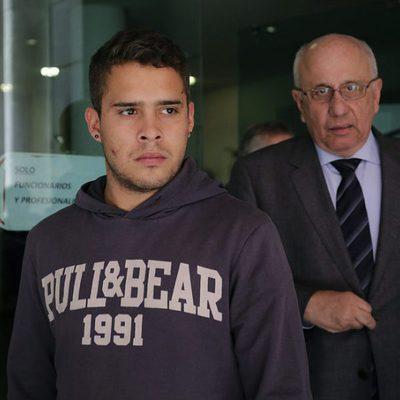 José Fernando saliendo de los Juzgados con heridas en la cara