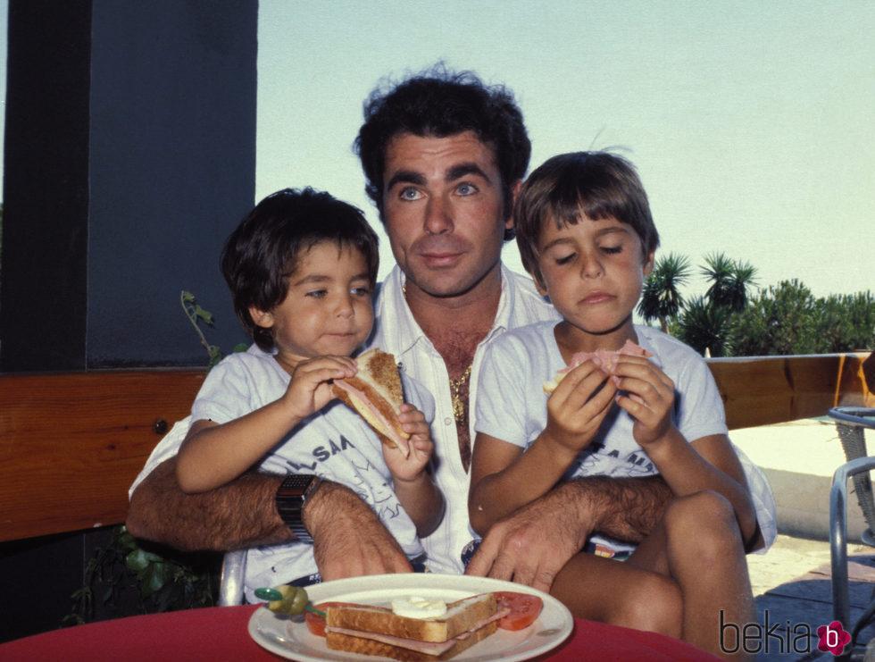 Francisco Rivera junto a sus hijos Fran y Cayetano
