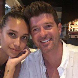 Robin Thicke disfrutando junto a su pareja April Love Geary