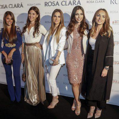 Antonella Roccuzzo, Nuria Cunillera, Elena Galera, Melissa Jiménez y Romarey Ventura en el desfile de la nueva colección de Rosa Clará