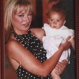 Belén Esteban sostiene en brazos a Andrea Janeiro cuando era un bebé