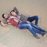 David Bisbal y Rosanna Zanetti muy cariñosos tumbados sobre la arena