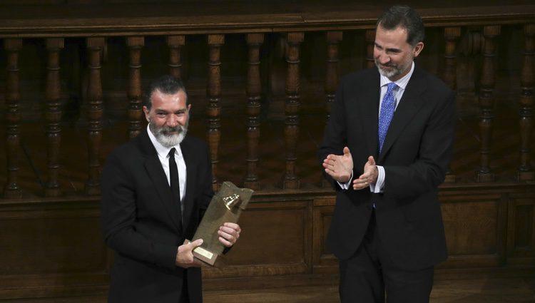 Antonio Banderas recibe un galardón de la mano del Rey Felipe VI