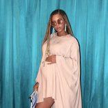 Beyoncé muy sexy con un vestido rosa palo