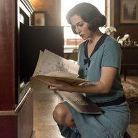 Blanca Suárez buscando algo en un fotograma de 'Las chicas del cable'