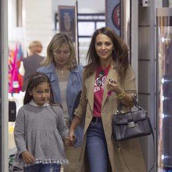Paula Echevarría con su hija Daniella y su madre Elena de compras