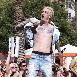 Aaron Carter actuando al aire libre en Las Vegas