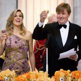 Los Reyes de Holanda brindando en la cena de gala del 50 cumpleaños del Rey Guillermo