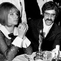 Barbra Streisand en la ceremonia de los Oscar con su primer marido, Elliott Golud