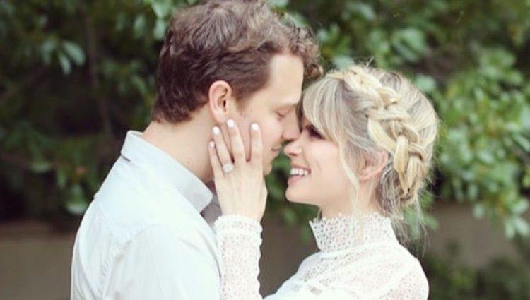 Carlson Young e Isom Innis muy felices tras su boda