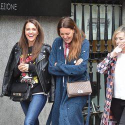 Paula Echevarría paseando entre risas con sus amigas