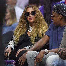 Beyoncé y Jay Z disfrutando de un partido de baloncesto en Nueva York