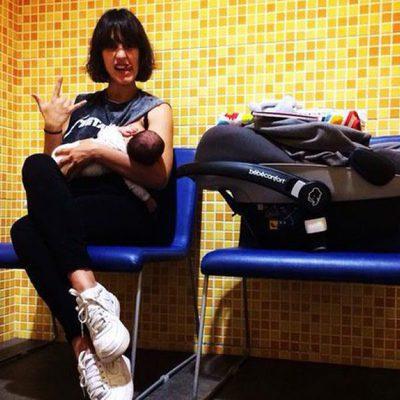 Megan Montaner dando el pecho a su hijo Káel