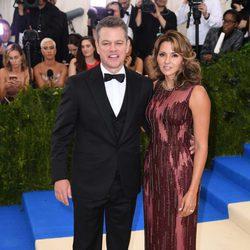 Matt Damon y Luciana Barroso en la Gala MET 2017