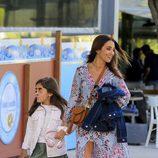 Paula Echevarría pasea con su hija Daniella de camino a una comida de amigas