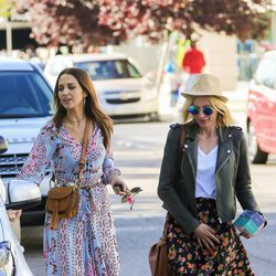 Paula Echevarría pasea con una amiga tras salir a comer