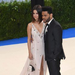 Selena Gomez y The Weeknd en la Gala MET 2017