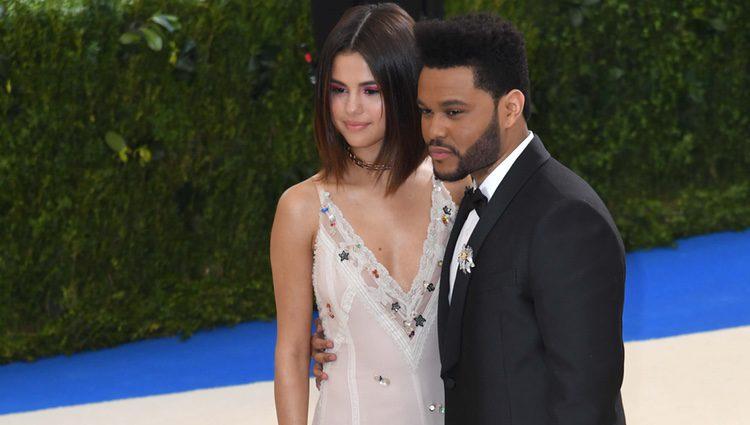 Selena Gomez y The Weeknd en la Gala MET 2017