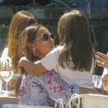 Paula Echevarría, muy cariñosa con su hija Daniella en una comida con amigas